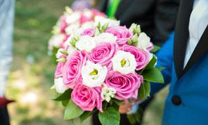 婚礼上新郎手中的捧花摄影高清图片