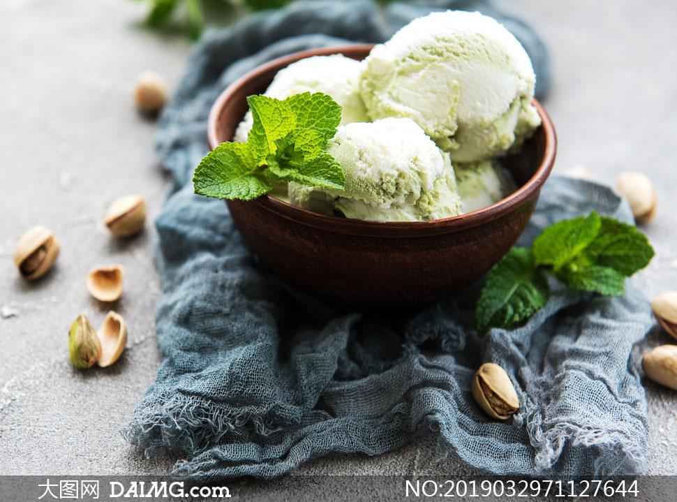 开心果与碗里的冰淇淋摄影高清图片