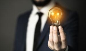 在商务人物手中的灯泡创意高清图片