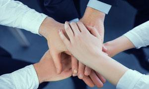 手放在一起的团队人物局部摄影图片