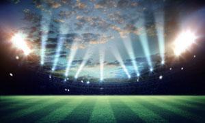 天空云彩與體育場照明效果高清圖片