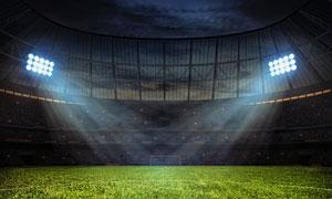 夜晚在燈光下的露天足球場高清圖片
