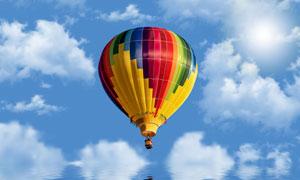 在天空中的五彩热气球摄影五百万彩票图片