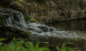淌进河里的小瀑布风光摄影高清图片