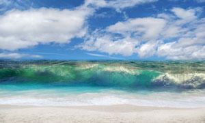 蓝天白云与波涛汹涌的海浪高清图片