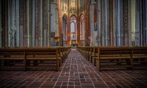 把椅子整齐摆放的教堂摄影高清图片
