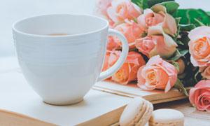 鲜花茶杯与马卡龙饼干摄影高清图片