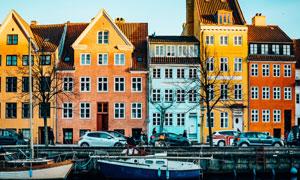 城市河流与彩色的房子摄影高清图片