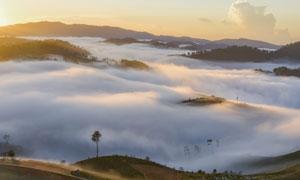 弥漫着雾气的山间风光摄影高清图片