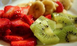 切成片的猕猴桃与草莓摄影高清图片