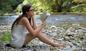 溪水边看书的美女人物摄影五百万彩票图片