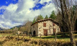 蓝天白云山间小屋风景摄影高清图片