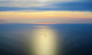 黄昏晚霞与平静的海面风光高清图片