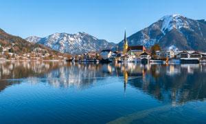 雪山与湖边的房子风景摄影高清图片