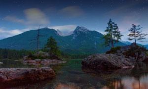 天色渐暗时分雪山岩石风光高清图片