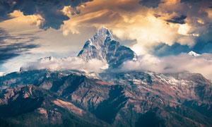 被白云环绕的山峰风光摄影高清图片