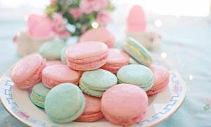 盘子里的粉嫩色马卡龙饼干高清图片