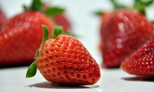红彤彤的可人草莓特写摄影高清图片