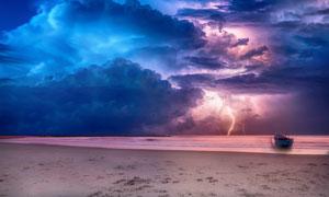 大海沙滩与瑰丽的云彩摄影高清图片