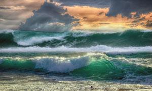 海面上掀起的滚滚波浪摄影高清图片