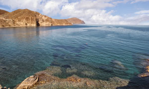白云与波澜不惊的海面摄影高清图片