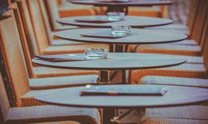 餐厅里收拾稳妥的桌椅摄影高清图片
