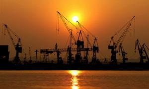 夕阳中的海上钻井平台摄影五百万彩票图片