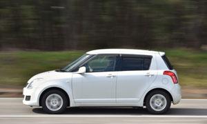 開往目的地的白色汽車攝影高清圖片