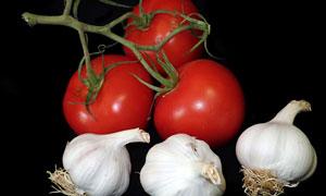 西红柿与白皮大蒜特写摄影高清图片