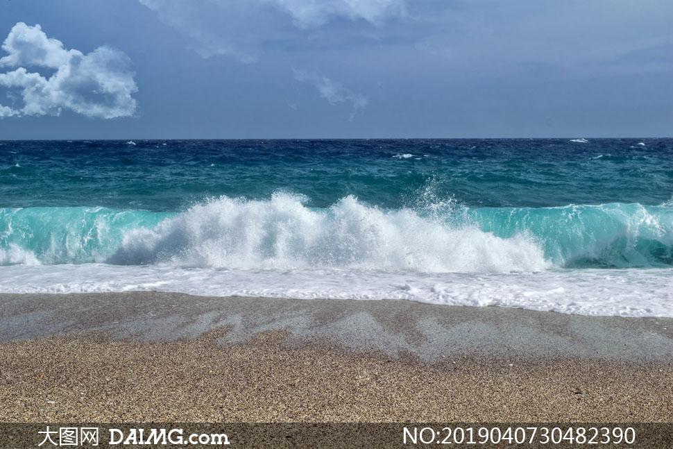 沙滩与海上的波涛风景摄影高清图片