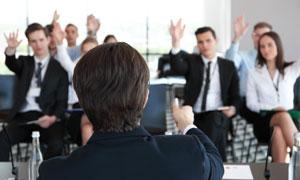 会议上纷纷举手的人物摄影高清图片