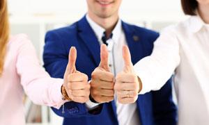 一起竖起大拇指的商务人物高清图片
