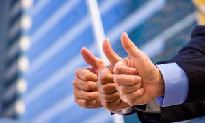 竖起大拇指的手势特写摄影高清图片