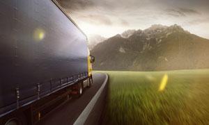 大山风光与路上的货车摄影高清图片