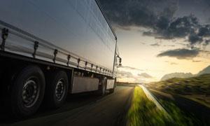 行驶在户外路上的货车摄影高清图片