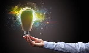 图表元素与手上的灯泡创意高清图片