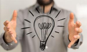 伸出双手呵护的手绘风灯泡创意图片