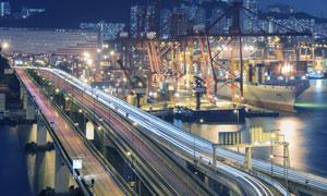城市建筑物夜景与港口轮船高清图片