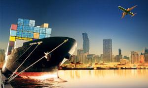 城市建筑与靠岸的船只摄影高清图片