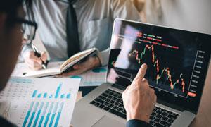 统计数据与股市走势图摄影高清图片