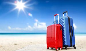 在沙滩上的行李箱逆光摄影高清图片