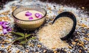 鲜艳花瓣与研磨成粉的杂粮高清图片