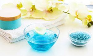 浴盐与毛巾上的白兰花摄影高清图片