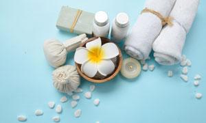 毛巾蜡烛与鲜花等SPA用品特写图片