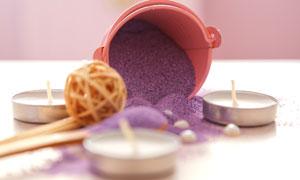 蜡烛与紫色浴盐等SPA用品高清图片