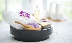 白色毛巾与紫色的浴盐摄影五百万彩票图片