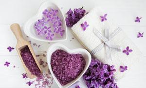 鲜花与浴盐毛巾等SPA用品高清图片