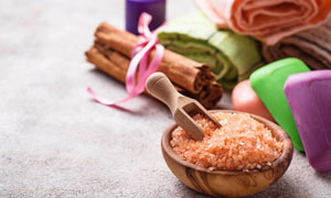 桂皮与木碗里的浴盐等摄影高清图片