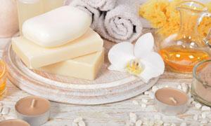 蜡烛花朵与毛巾洁面皂摄影高清图片