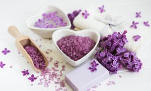浴盐与鲜花毛巾等物品摄影高清图片